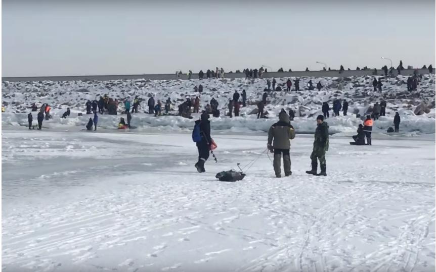 Спасение рыбаков со льда Финского залива 8 марта. Фото ДТП и ЧП | Санкт-Петербург | vk.com/spb_today., vk.com