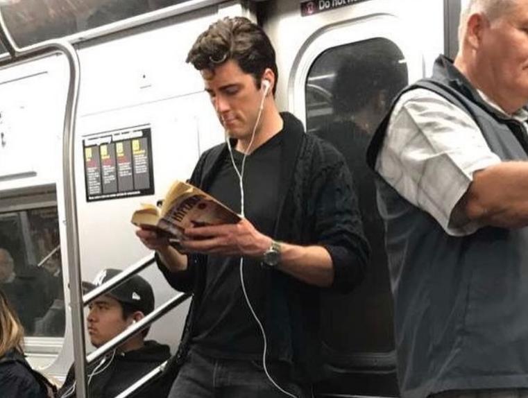 Девушка ведет откровенный и смешной блог, фотографируя читающих парней.