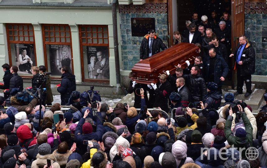Гроб с телом Олега Табакова выносят из МХТ имени Чехова. Фото Василий Кузьмичёнок
