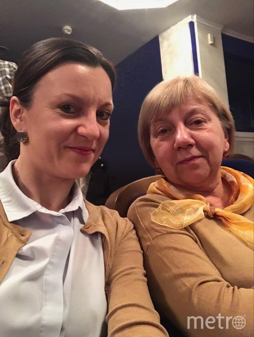 На фото: Наталья (мама) и Мария (дочка) Крюченковы. В тот день мы отправились в театр, а сняв верхнюю одежду в гардеробе, обнаружили, что на нас надеты совершенно одинаковые кофты. Так и появилось это фото. Фото Мария Крюченкова