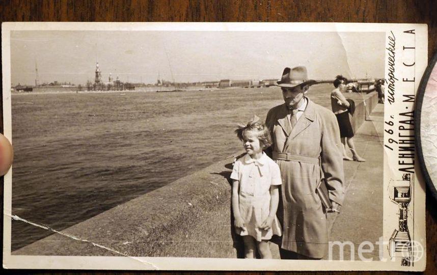 Юрий Кнорозов возвращается с маленькой Катей из Эрмитажа: он даже гулял с книгами. Фото из архива семьи