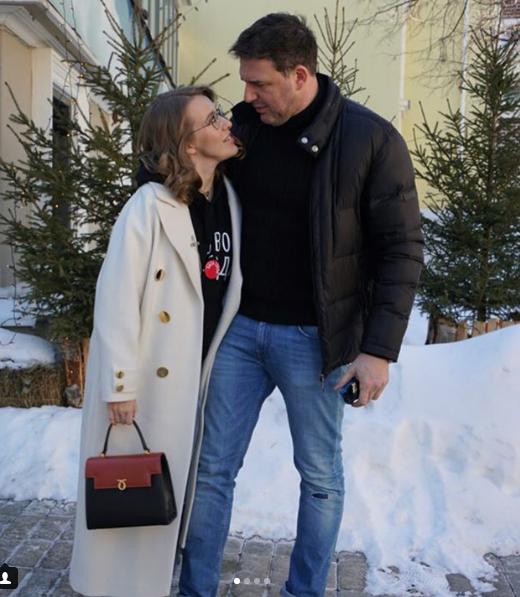 Собчак сейчас живет в Москве.