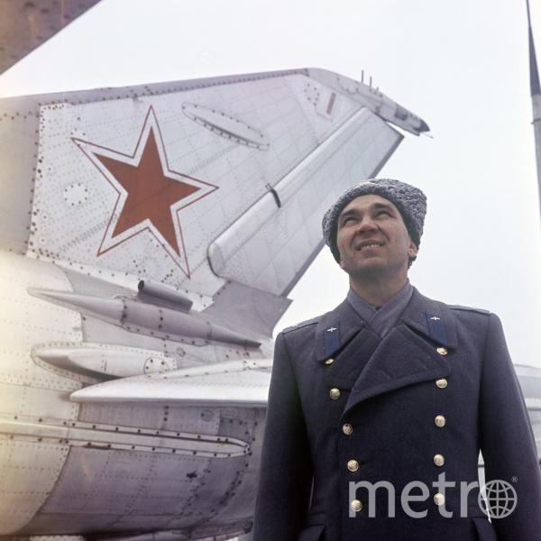 Георгий Константинович Мосолов у самолета МиГ-21 на выставке Центрального музея Советской Армии. Фото Лев Поликашин, РИА Новости