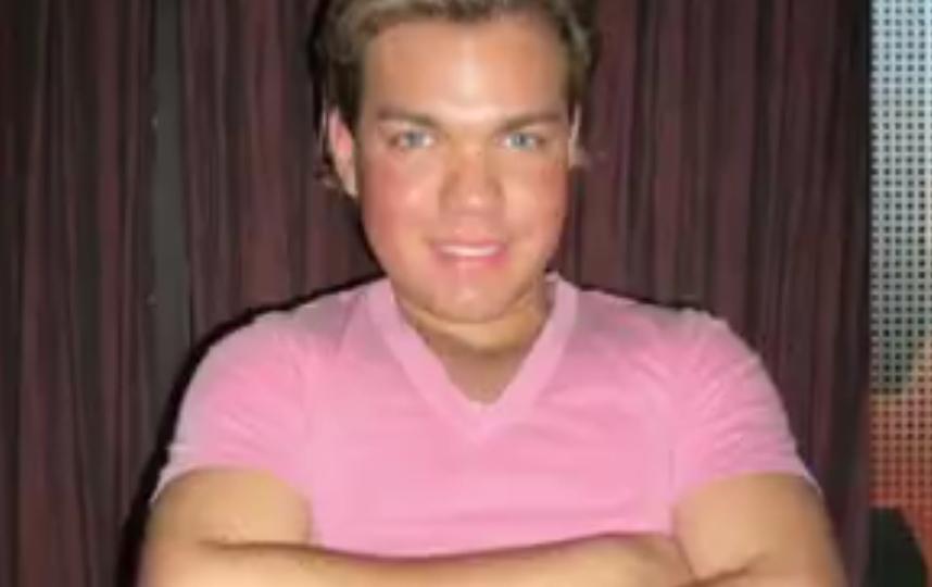 Родриго Алвес, живой Кен, представил фото до полного изменения внешности. Фото Все - скриншот YouTube