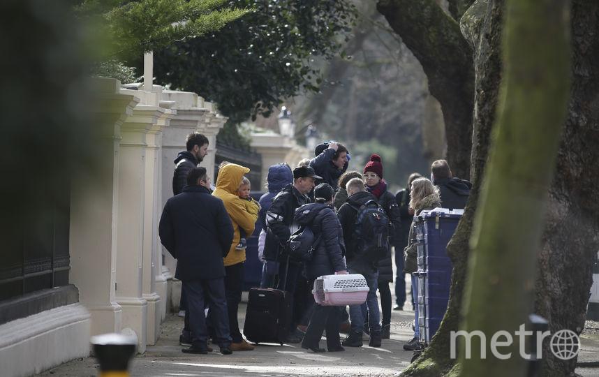 Российские дипломаты, высылаемые из Лондона, вылетят во вторник на родину. Фото AFP