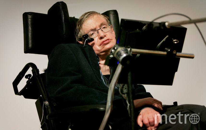 Стивен Уильям Хокинг родился он 8 января 1942 года в Оксфорде. В 1963 году у него был диагностирован амиотрофический склероз. Еще спустя 22 года, после воспаления легких, ученый перенес трахеостомию, вследствие чего потерял способность говорить и стал пользоваться синтезатором речи, однако тяжелое заболевание не помешало Хокингу стать одним из наиболее известных физиков-теоретиков современности. Фото Getty