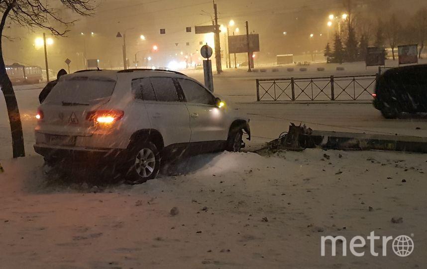 Иномарка сбила столб в Петербурге. Фото vk.com