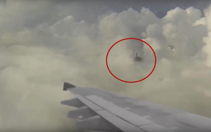 Неопонанный объект пролетает рядом с самолётом. Фото Скриншот Youtube