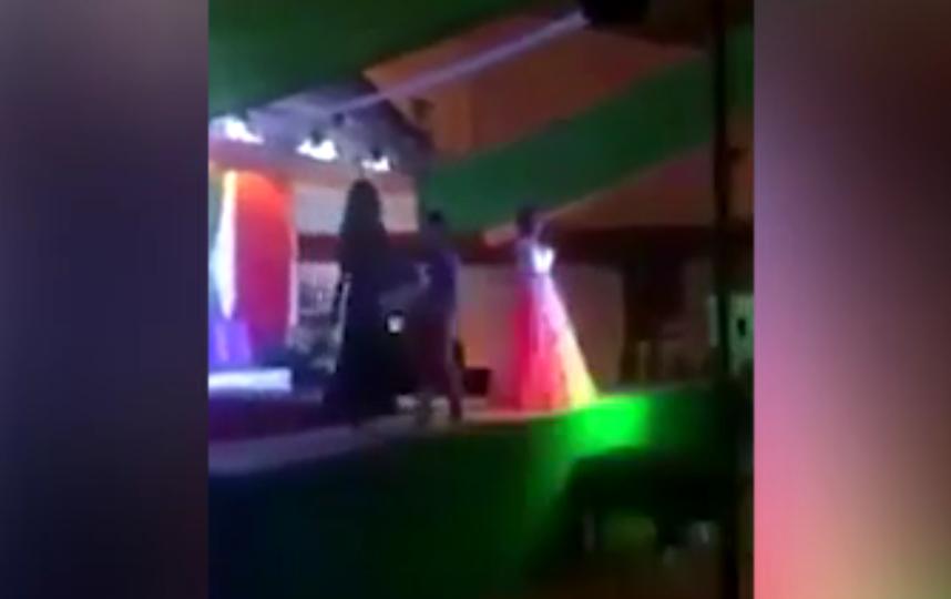 На конкурсе красоты трансгендер столкнул со сцены победительницу.