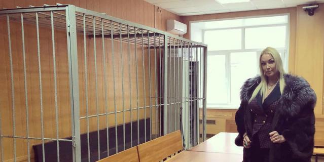 Волочкова в здании суда.