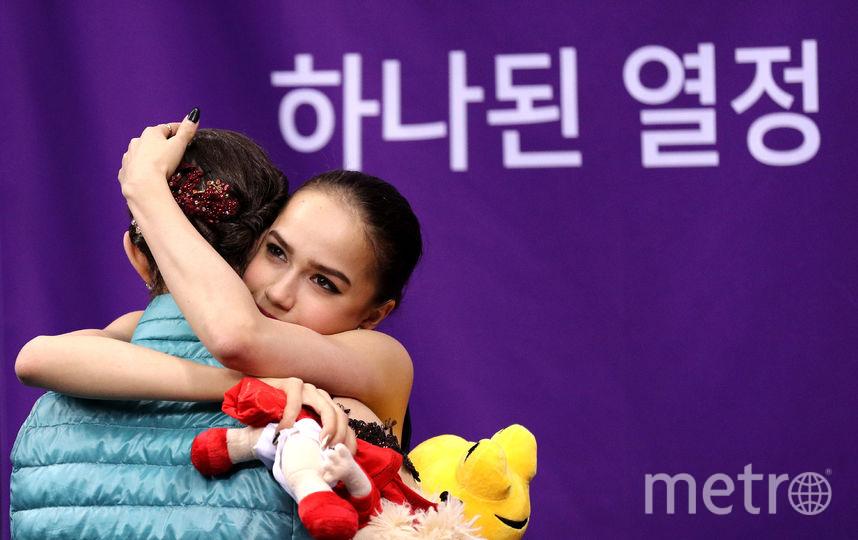 Алина Загитова обнимает Евгению Медведеву на Олимпиаде в Пхенчхане. Фото Getty
