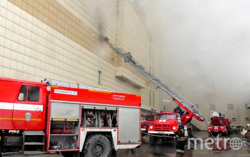 В МЧС сообщили, что продолжают работы по тушению пожара и спасательную операцию. Фото AFP