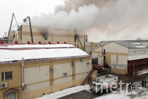 Сотрудники пожарной охраны МЧС борются с пожаром в торговом центре «Зимняя вишня» в Кемерово. Фото РИА Новости