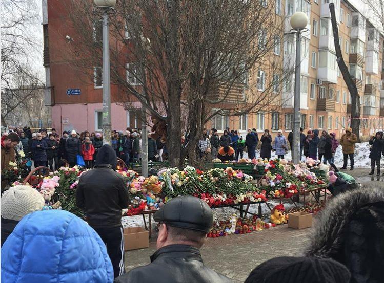 Жители Кемерово несут цветы. Фото instagram.com/alexey_lukin_