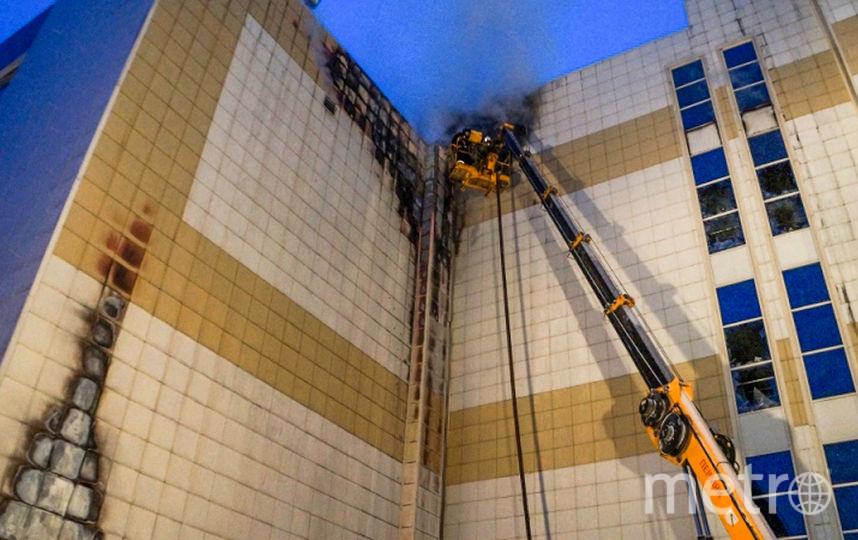 """Тушение пожара в ТЦ """"Зимняя вишня"""" в Кемерово. Фото AFP"""