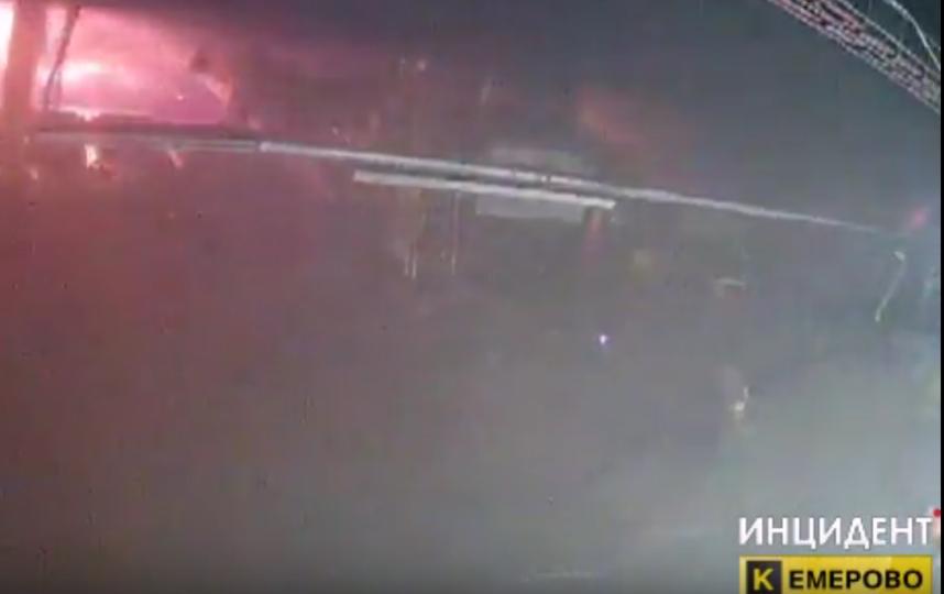 В СМИ назвали сразу несколько возможных причин пожара в ТЦ в Кемерово. Фото скриншот видео vk.com/incident_42