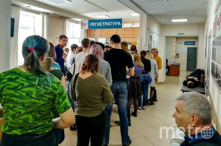 Очередь из желающих сдать кровь для пострадавших во время пожара в кемеровском ТЦ. Фото AFP