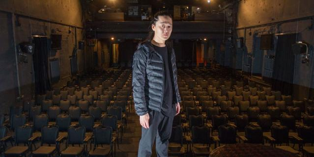 """Это сцена. Актёрам зрителей почти не видно. """"Но мне важно знать, что в зале есть люди"""", – говорит Александр."""