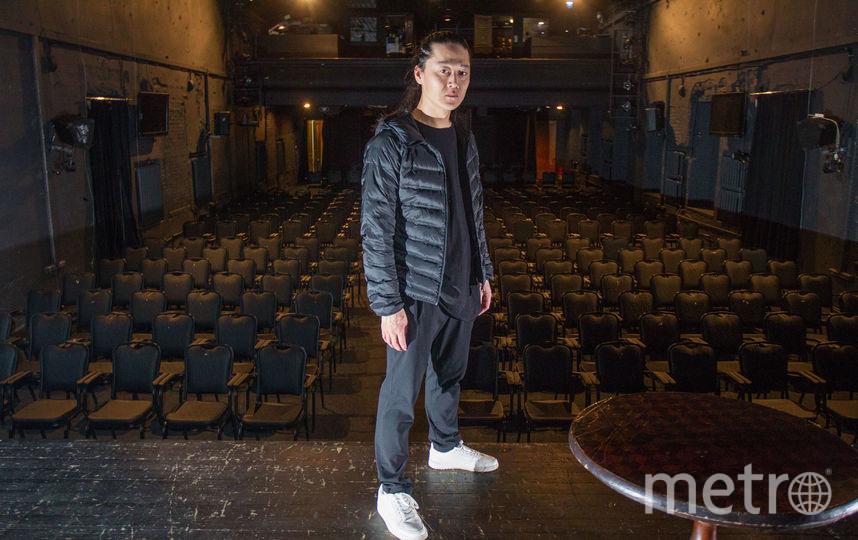 """Это сцена. Актёрам зрителей почти не видно. """"Но мне важно знать, что в зале есть люди"""", – говорит Александр. Фото Василий Кузьмичёнок"""