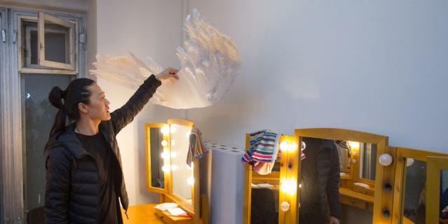 По признанию Александра, в мужской гримёрке становится уютно после того, как включается подсветка зеркал. Кстати, хотя в театре есть гримёры, Цой готовится к спектаклю сам.