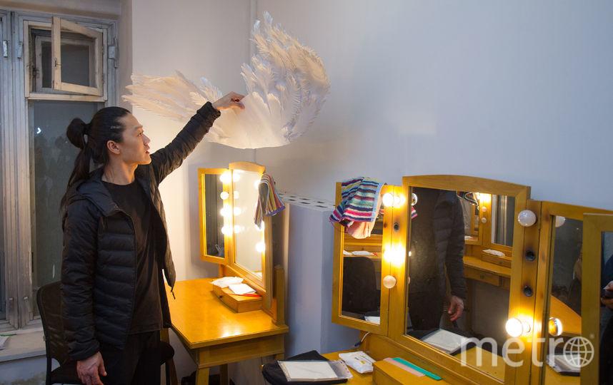 По признанию Александра, в мужской гримёрке становится уютно после того, как включается подсветка зеркал.  Кстати, хотя в театре есть гримёры, Цой готовится к спектаклю сам. Фото Василий Кузьмичёнок