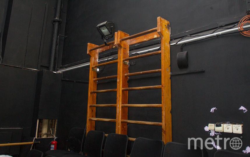 мы отправились в Малый зал. Там обычно проходит спектакль «Фрейд», режиссёром которого является Александр Цой. Внимание привлекла шведская стенка.         – Раньше здесь находился спортзал. Убирать стенку мы не стали. Используем для установки осветительных приборов, – объяснил Александр. – Так что придёте в театр – обратите внимание. Фото Василий Кузьмичёнок
