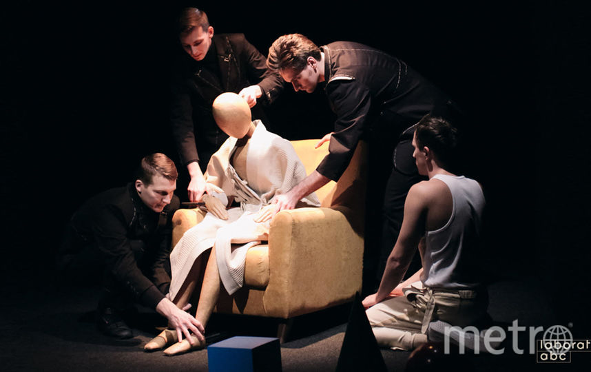Марионетками в спектакле предстают родители героя, его девушка и даже он сам. Фото предоставлено пресс-службой театра