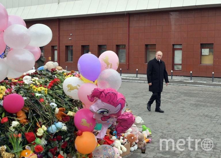 Путин у сихийного мемориала в память о погибших во время пожара в Кемерово. Фото AFP