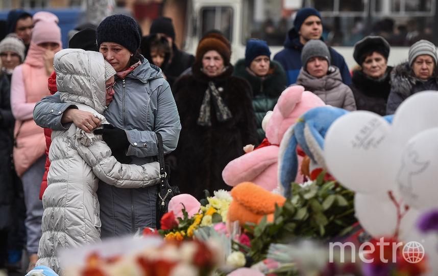 Люди приносят цветы на место трагедии. Фото AFP