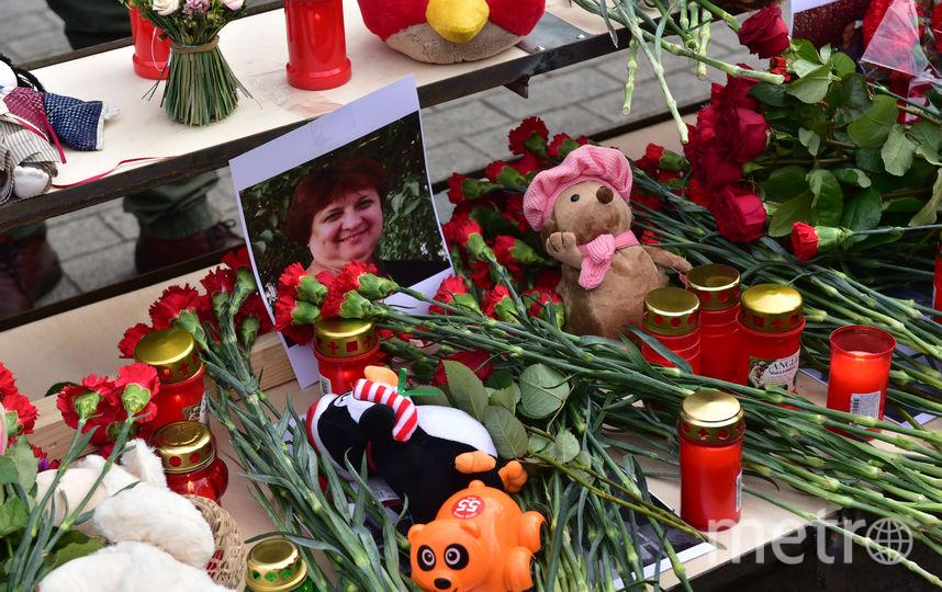 """Сотни людей приходят к временному мемориалу на Манежной площади в центре Москвы, чтобы почтить память погибших при пожаре в торговом центре Кемерово. Фото Василий Кузьмичёнок, """"Metro"""""""