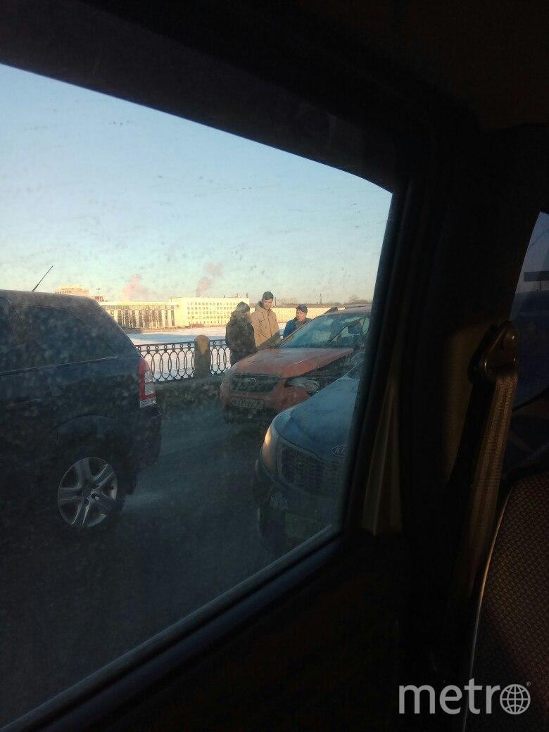 """Погоня по-петербургски"": Шесть мужчин поймали лихача на Володарском мосту. Фото ДТП и ЧП | Санкт-Петербург | Питер Онлайн | СПб"