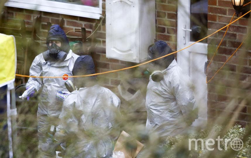 Специалисты обследуют дом Скрипалей. Фото AFP