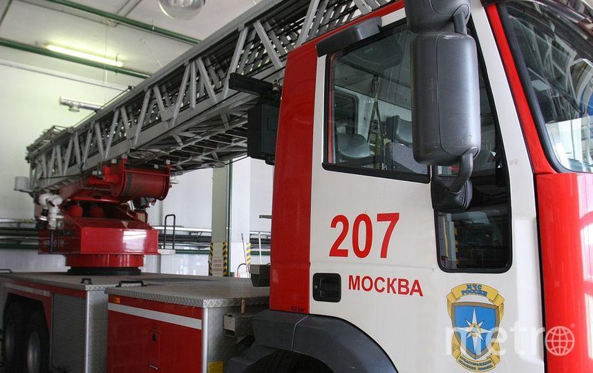 Пожар площадью 500 кв. м произошёл в ангаре на юго-востоке Москвы. Фото Василий Кузьмичёнок