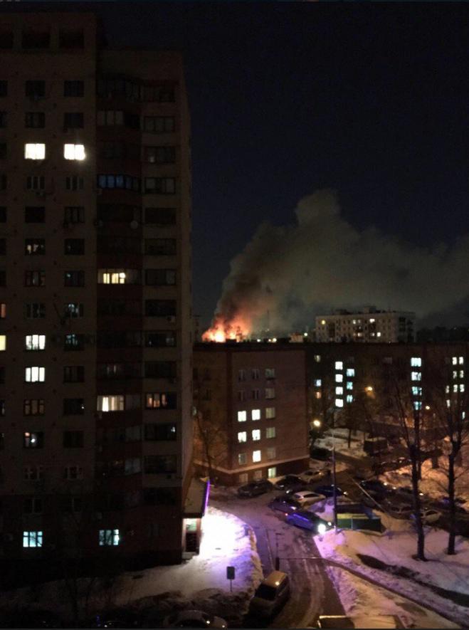 Пожар площадью 500 кв. м произошёл в ангаре на юго-востоке Москвы. Фото Лера Мухина