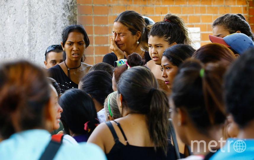 У стен полицейского участка собрались десятки родственников. Фото AFP