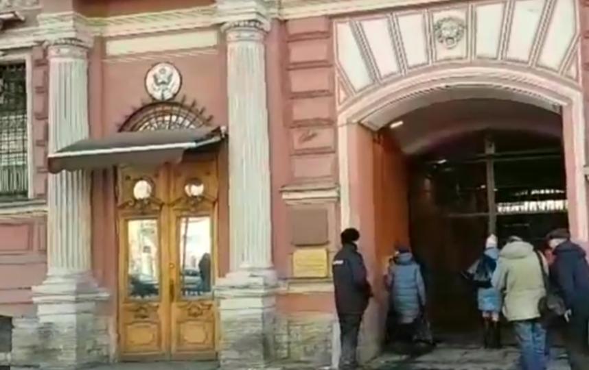 В генконсульство США в Петербурге доставили коробки с пиццей. Фото Все - скриншот YouTube