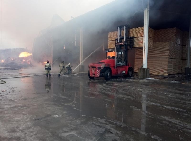 Пожар на деревообрабатывающем складе под Петербургом охватил 2000 кв. метров. Фото 47.mchs.gov.ru/