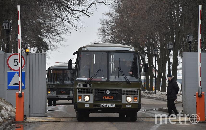 Прибывшие дипломаты постепенно покидают Внуково на микроавтобусах и автомобилях родственников, не выходя к прессе. Фото AFP
