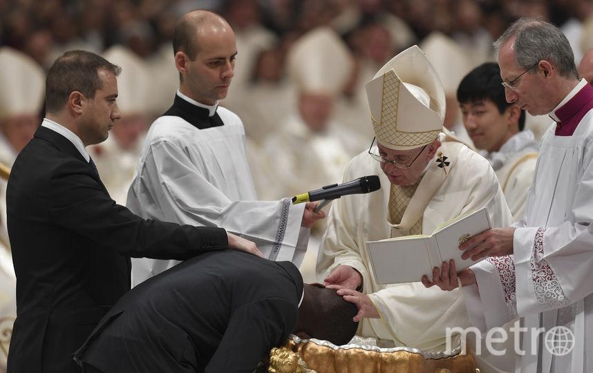 Понтифик лично провёл обряд крещения нескольких человек, включая нигерийского бездомного мигранта. Фото AFP
