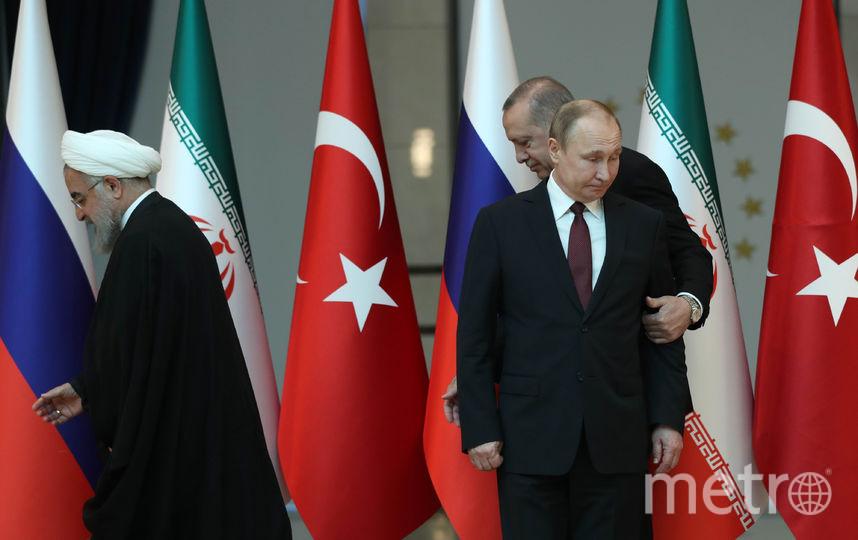 Эрдоган захотел встать в центре на общей фотографии с лидерами России и Ирана. Фото AFP