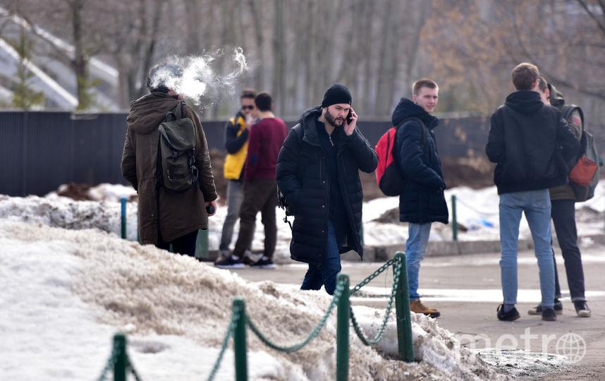Москвичи не смогли дать внятного объяснения, почему они не доносят окурки до урны. Фото Василий Кузьмичёнок