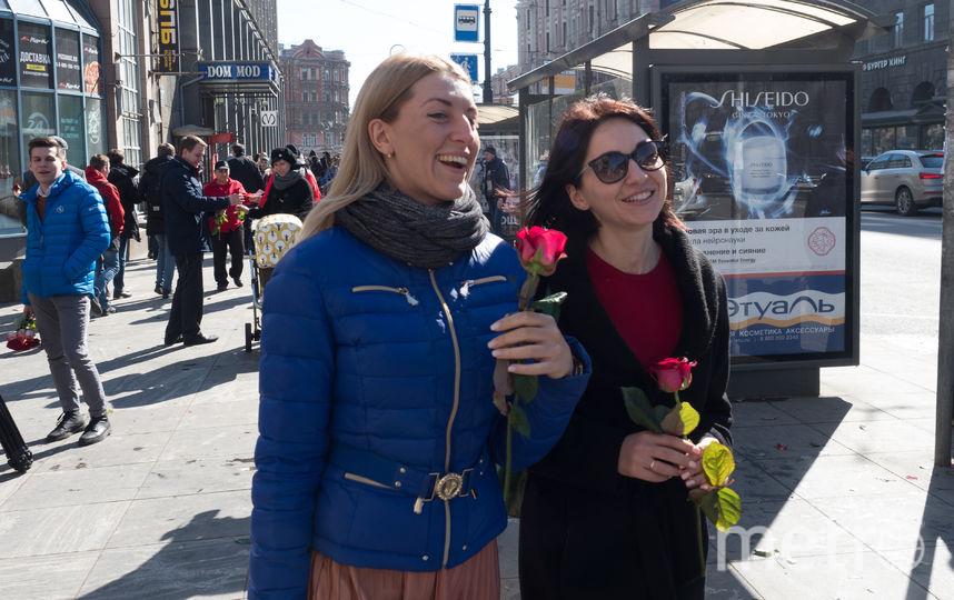 "Петербурженкам раздали 1000 роз за улыбку. Фото Святослав Акимов, ""Metro"""