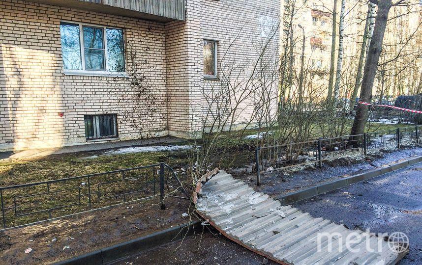Оторвалась бетонная декоративная облицовка лоджии квартиры на 13-м этаже. Фото https://vk.com/grazhdanka_spb?w=wall-26260_539137, vk.com