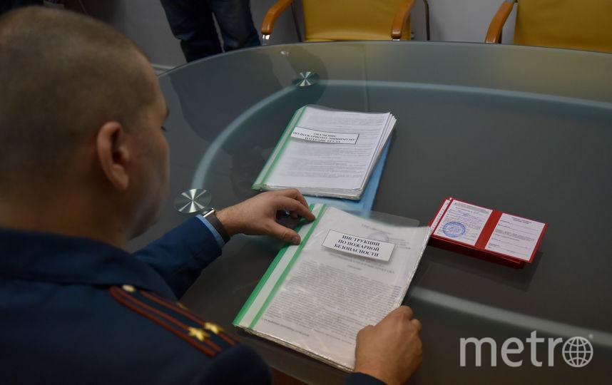 Изучение инструкции по противопожарной безопасности. Фото Антон Великжанин.