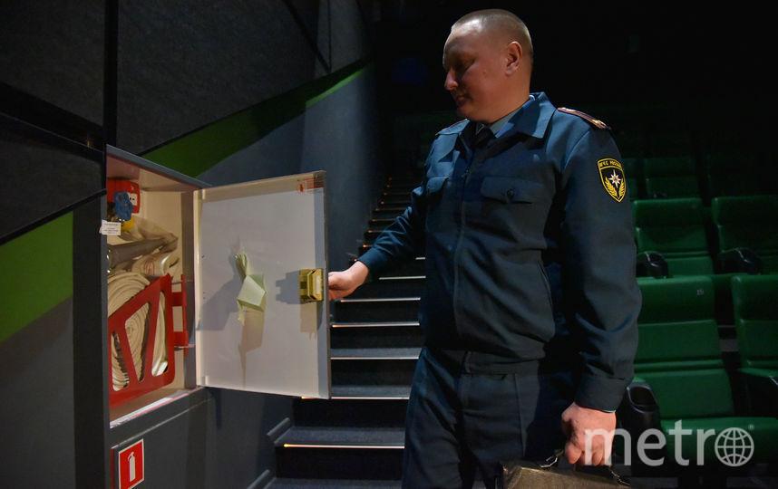 Ящик в кинозале, в котором прячется тревожная кнопка. Фото Антон Великжанин.
