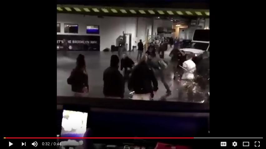 Нападение Конона Макгрегора на бойцов произошло в Нью-Йорке 5 апреля. Фото скрин-шот, Скриншот Youtube