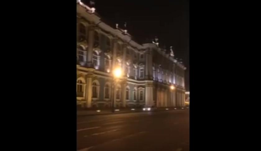 Петербургский школьник едва не сорвался с крыши Эрмитажа. Фото скриншот YouTube