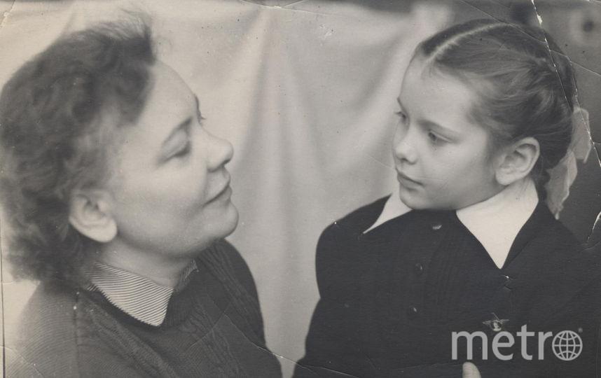 """Матушки моей уже 20 лет как нет, да и мне уже 63 года, да и фотографий цветных тогда не было. Но мы с ней были, как говорится, - """"двое из ларца одинаковых с лица"""". На фото Антонина (мама) и Лена Братковы. Фото Елена теперь уже Попова"""
