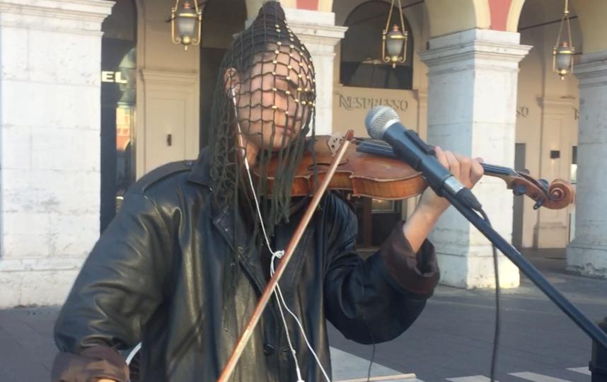 Скрипачка Дарья Фишер всегда выступает в сетчатой маске. Фото Instagram @dariafisherreh