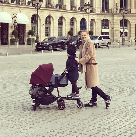 Актриса Оксана Акиньшина с детьми. Фото www.instagram.com/akinshok2013